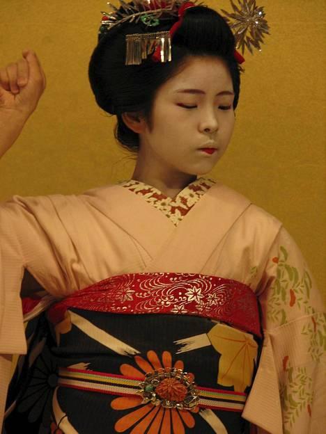 Gionin Corner-teatterissa esitetään maikojen perinteistä tanssia.
