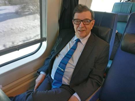 Ilta-Sanomat tapasi Väyrysen junassa matkalla piirikokoukseen.