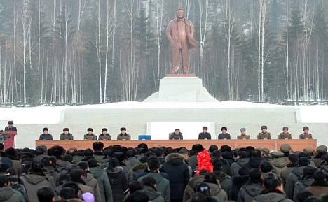 Avajaisseremoniaa valvoi Kim Jong-unin isän Kim Jong-ilin näköispatsas.
