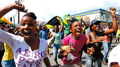 Jamaikalaiset juhlivat kaduilla Shelly-Ann Fraser-Prycen olympiamenestystä.