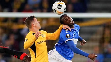 Glasgow Rangersin keskikenttäpelaaja Glen Kamara (oik.) kamppaili pallosta Young Boysin ratkaisijan Christian Fassnachtin kanssa.