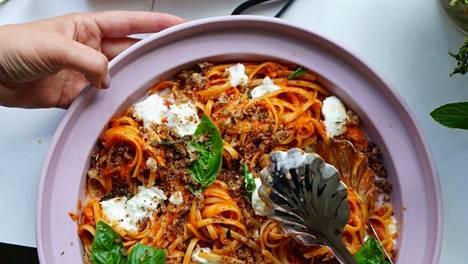 Paahdetut tomaatit ja vihannekset soseutetaan ja sekoitetaan kuuman pastan joukkoon. Päälle reilusti burrata- tai bufala-mozzarellaa, oliiviöljyä ja pangrattatoa, herkullisen tomaattipastan ohje kuuluu.