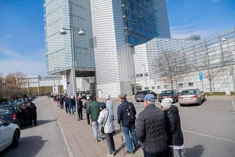 Ihmiset jonottivat rokotukseen Tukholmassa 8. huhtikuuta.