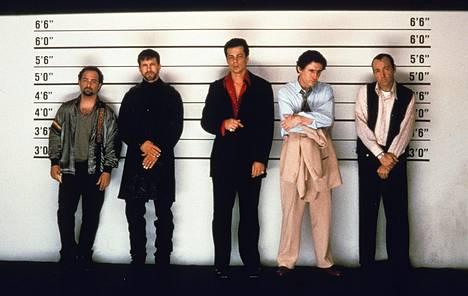 Epäillyt-elokuva toi Spaceylle (oik.) Oscarin parhaasta miessivuosasta vuonna 1996. Elokuvassa epäiltyinä nähdään myös Kevin Pollak (vas.), Stephen Baldwin, Benicio Del Toro ja Gabriel Byrne.