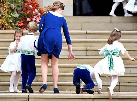 Hupsista! Pikkuiselle sulhaspoikana toimineelle 6-vuotiaalle Louis de Givenchylle kävi köpelösti kirkon portailla.