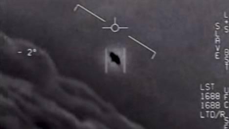 Kuvakaappaus Yhdysvaltain puolustusministeriön julkaisemasta videosta, jossa hävittäjä kohtaa oudon lentävän ilmiön.