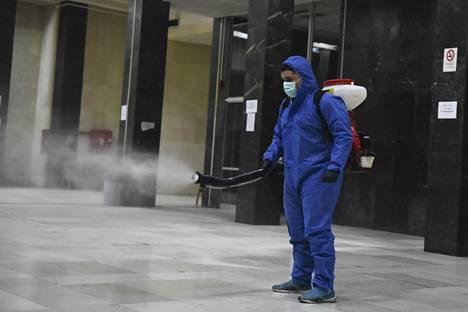 Työntekijä suihkutti puhdistusainetta oikeustalolla Thessalonikissa, Kreikassa viime viikolla.
