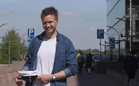 Ylioppilastutkintolautakunnan mukaan Mikkelin lukiossa opiskeleva Vikke Elfving on kirjoittanut ennätykselliset 12 laudaturia. Tulos on kaikkien aikojen paras.