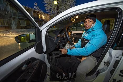 Autolla kulkiessa Darrell kertoo tienaavansa paremmin.