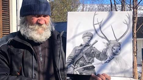 """Johannes """"Junnu"""" Halonen esittelee Jouni-isänsä jatkosodan aikaista porokuvaa, josta tuli yllättäen kuuluisa myös Venäjällä."""