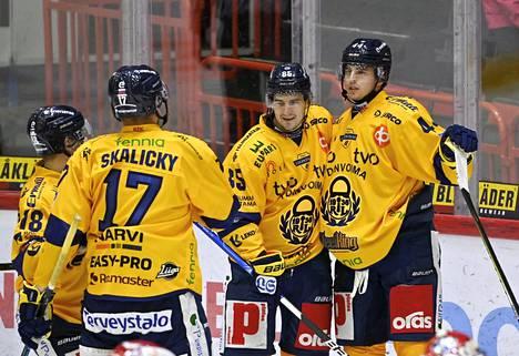 Lukon pelaajat juhlivat Kristian Pospisilin iskemää voittomaalia.