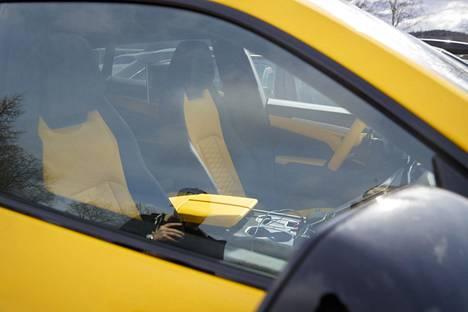 Keltainen värimaailma on vahvasti edustettuna myös auton sisustuksessa.