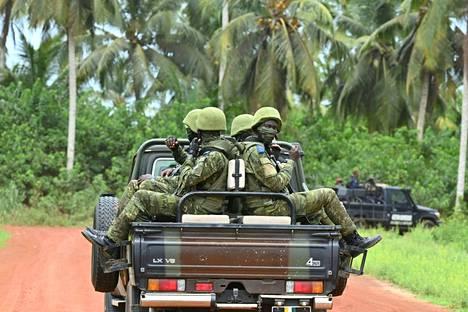 Norsunluurannikkolaisia sotilaita matkaa Jacquevillessä kesäkuussa 2021. Norsunluurannikolla on perustettu terrorismin torjuntaan keskittyvä koulutusyksikkö Academy for Combating Terrorism (AILCT).