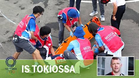 Lääkintähenkilökunta hoiti Yhdysvaltojen Connor Fieldsiä olympiakisan joukkokolarin jälkeen.