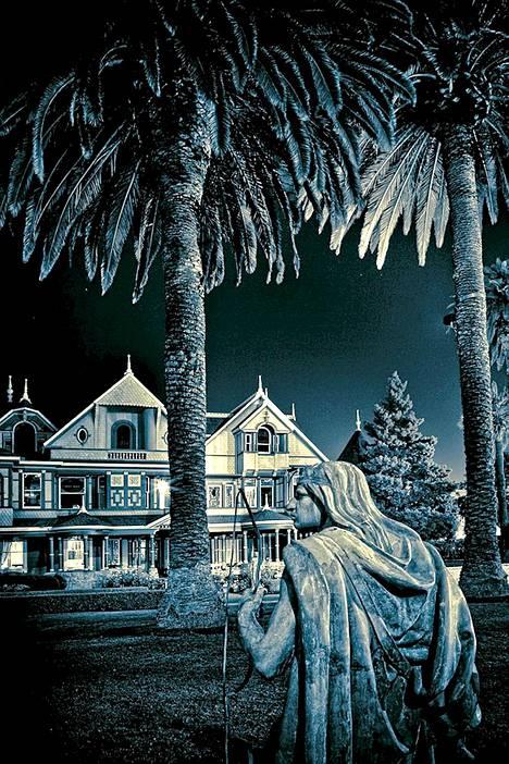 Synkät patsaat vartioivat Winchesterin taloa päivin öin.