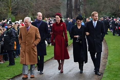 Eräs kirjassa käsiteltävä asia on huhuttu välirikko herttuatar Meghanin sekä prinssi Williamin puolison, Cambridgen herttuatar Catherinen välillä.
