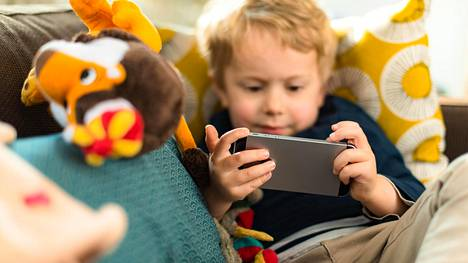 Ruudun jatkuvan tuijottamisen vaikutuksia lapsille ei vielä tiedetä. Tiede pystyy vastaamaan isoihin kysymyksiin parinkymmenen vuoden viiveellä.