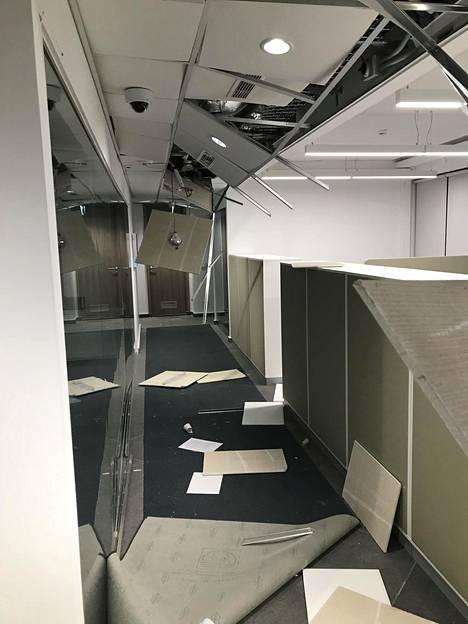 Suurlähetystön sisätilat vaurioituivat pahoin.