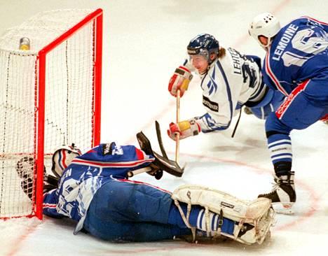 Tero Lehterä teki Suomen 4–0-osuman Ranskan verkkoon, vaikka Ranskan maalia vartioinut suomalaisjuurinen Petri Ylönen tekikin kaikkensa.