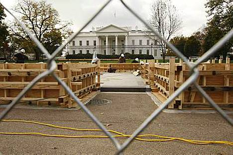 Valkoisen talon eteen rakennetaan parhaillaan lavaa Barack Obaman virkaanastujaisia varten.