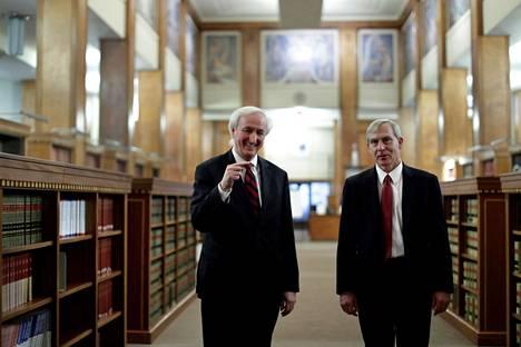 Syrjäyttämisuhan alla ollut virkaa tekevä oikeusministeri Jeffrey Rosen (vas.) sai tukea varaoikeusministeri Richard Donoghuelta.