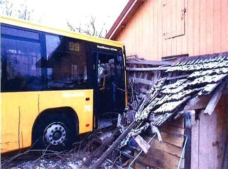 Bussi törmäsi lopulta rakennuksen seinään.