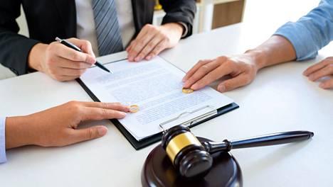 Avioliittolain mukaan ositusta voidaan sovitella, jos se johtaisi siihen, että toinen puoliso saisi perusteettomasti taloudellista etua.