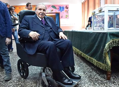 Algerian presidentti Abdelaziz Bouteflika haluaa viidennelle kaudelle lukuisista terveysongelmistaan huolimatta. Hän ei ole itse kommentoinut mielenosoittajia, ja joidenkin tietojen mukaan hän olisi tällä hetkellä sairaalahoidossa Sveitsissä.