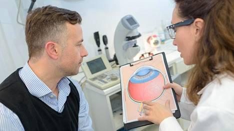 Etenevä silmäsairaus tulee huomaamatta – käy lääkärissä, nelikymppinen