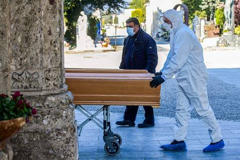 Koronavirus vie ihmisiä hautaan Pohjois-Italiassa. Kuva bergamolaiselta hautausmaalta.