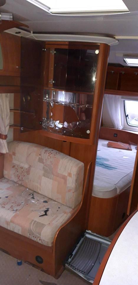 Asuntoauton sänkyyn oli kaadettu sinistä nestettä ja viinivitriini rikottu.