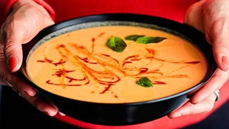 Bataattia, kukkakaalia ja kookosmaitoa. Herkullinen soppa on yhtä aikaa lempeä ja tulinen.