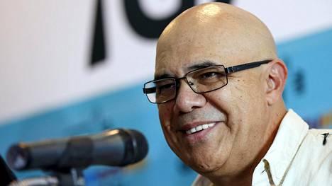 Oppositioliittouma MUD:n johtaja Jesus Torrealba iloitsee vaalivoitosta Venezuelan parlamenttivaaleissa.