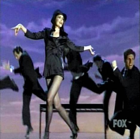 Katie Holmes näytti ensimmäistä kertaa tv:ssä, miten hänen laulu- ja tanssitaitonsa sujuvat.