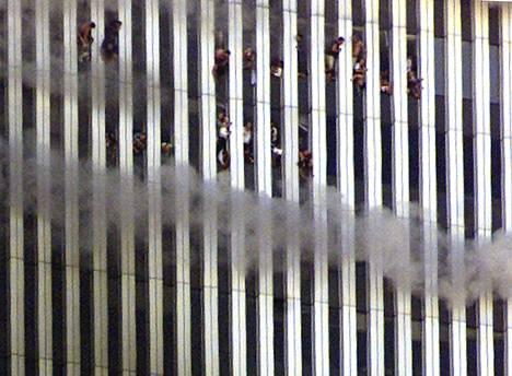 Epätoivoiset ihmiset hyppäsivät pilvenpiirtäjästä alas. Torneissa oli iskuhetkellä tuhansia ihmisiä.