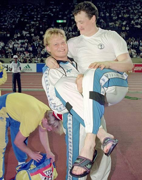 Seppo Räty ja Kimmo Kinnunen juhlivat keihään kaksoisvoittoa 24 vuotta sitten. Kinnunen otti kultaa, Räty hopeaa.