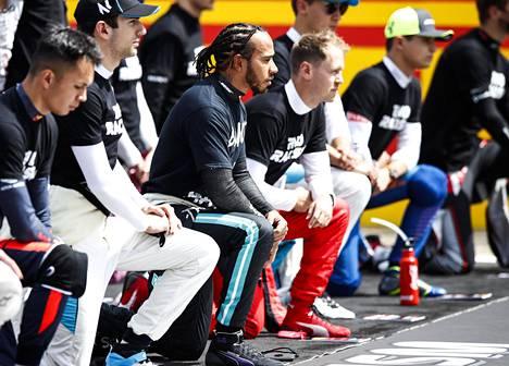 Totuttuun tapaan kuljettajat kantoivat End Racism -paitoja ja suuri osa heistä polvistui Black Lives Matter -hengessä ennen Britannian GP:n starttia.