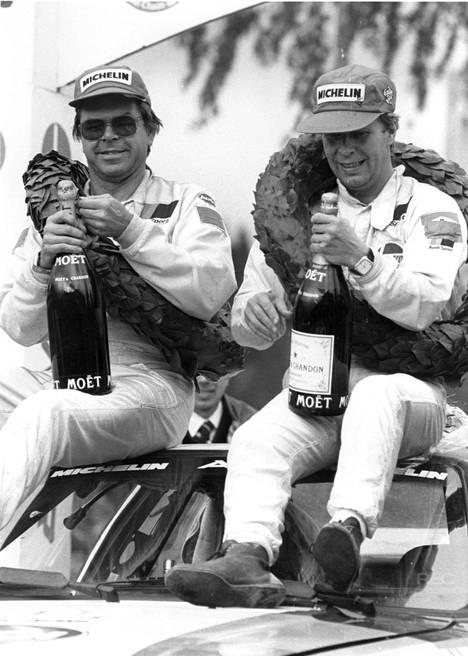 Mikkolan (oik.) kartanlukijana toimi pitkään ruotsalainen Arne Hertz (vas.). Kuva maailmanmestaruusvuodelta 1983.