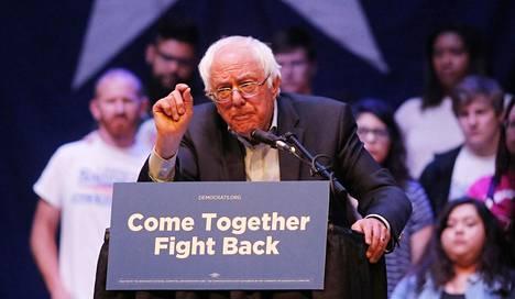 Senaattori Bernie Sanders esittää kysymyksen, mitä presidentti Donald Trumpin hallinto haluaa salata erottamalla FBI:n johtajan James Comeyn.
