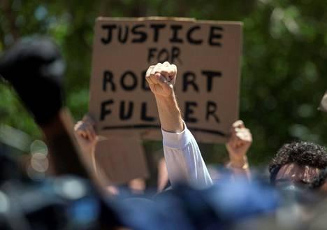 Protesteihin osallistuneet vaativat oikeutta Robert Fullerille.
