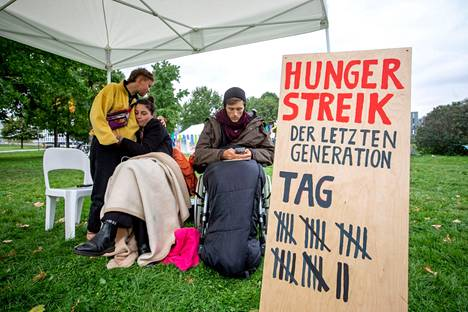 Lähes kuukauden syömättä olleet ilmastoaktivistit Lea Bonasera ja Henning Jeschke kieltäytyivät lauantaina myös juomasta.