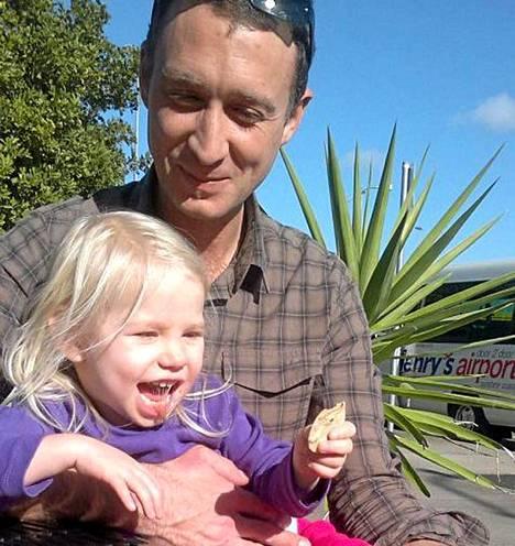 Eeva kuvattuna isänsä Greg Hutchingsin kanssa.