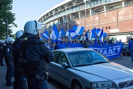 Poliisi tarkkaili HJK:n kannattajien marssia Urheilukadulla.