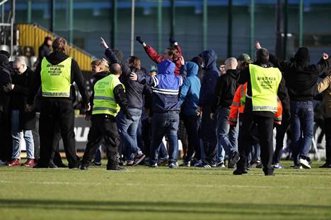 HJK:n kannattajat hyökkäsivät uhoamaan Hongan faneille Espoossa.