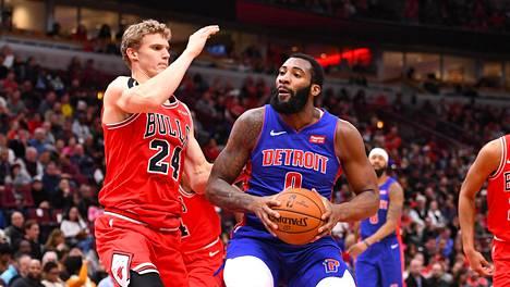 Andre Drummond siirtyi vuoden 2020 NBA:n siirtoikkunassa Cleveland Cavaliersiin. Kuvassa Drummond vielä vanhan seuransa Detroit Pistonsin paidassa, puolustustöissä Chicago Bullsin Lauri Markkanen.