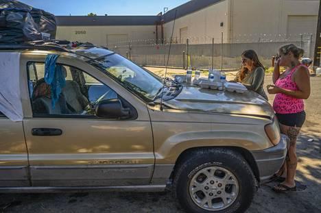 Naiset syövät avustuksena saatua spagettia auton konepelliltä lounaaksi. Autot pitää pian siirtää tieltä, eivätkä Laurene ja Gwen tiedä, mitä tehdä seuraavaksi. He toivoisivat paikkaa, jossa autoissa elävät voisivat parkkeerata, käydä suihkussa ja käymälässä.