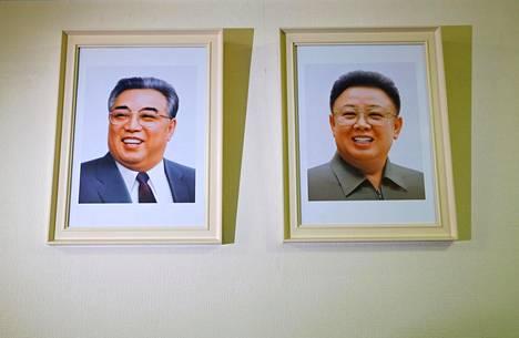 Kim Il-sungin ja Kim Jong-ilin muotokuvat ovat esillä Pohjois-Korean YK-edustustossa Genevessä.