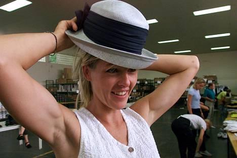Susen Tiedtke sovitteli Saksan olympiajoukkueen hellehattua päähänsä ennen Sydneyn olympialaisia 2000.