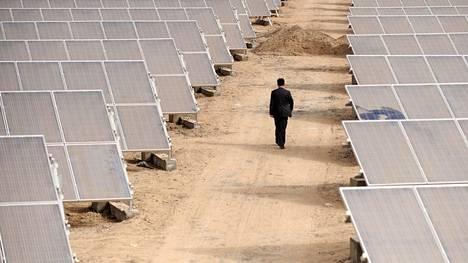 Aurinkopaneeleita kuvattuna uiguurien autonomisella alueella Kiinan Xinjiangissa vuonna 2012.