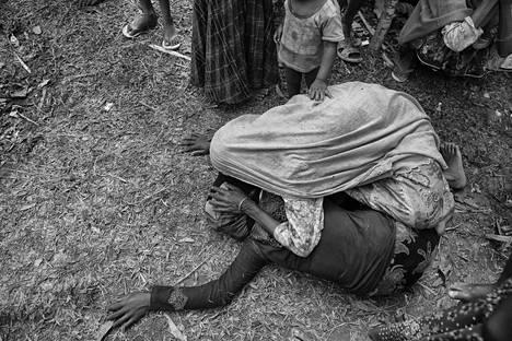 Miehensä kuolemasta kuullut rohingya-nainen lyyhistyi maahan Bangladeshin pakolaisleirillä.